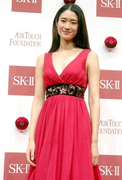 胸元が開いたピンクのドレス姿が美しすぎる女優・小雪