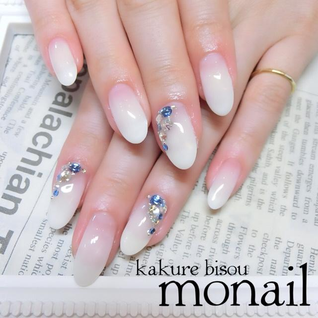 出典:http//nailbook.jp/ こちらはシンプルなホワイトのグラデーション。根元から指先に向かって色が濃くなっています。アクセントに、サムシングブルーやクリアの