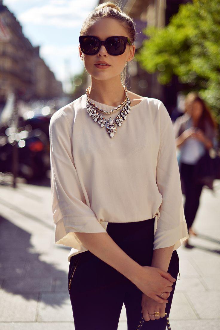 出典:https//www.pinterest.com/ 髪をまとめたヘアスタイルにきりっとしたサングラスが印象的なファッション!大きめのネックレスとも合い、清楚な女性の雰囲気に◎