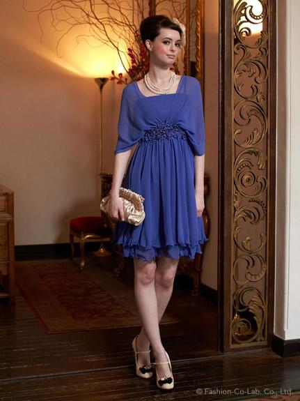 出典:http//fashionwalker.com/ 色のあるワンピースはとても華やかで素敵です♡ バッグと靴をゴールドの同系色で合わせてヘアスタイルはアップに♪上品で可憐な